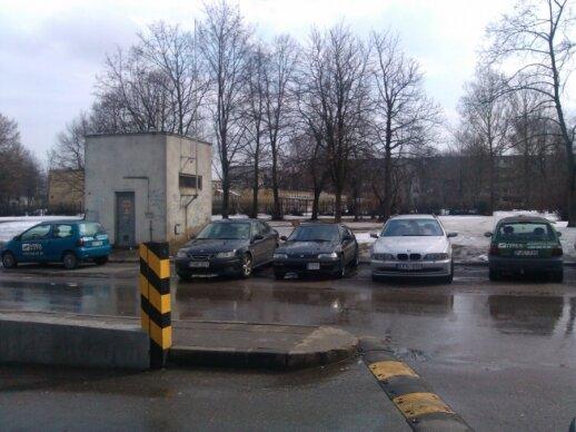 Daugiabučių aikštelėje stovėjimo vietas užima automobilių nuomos transportas
