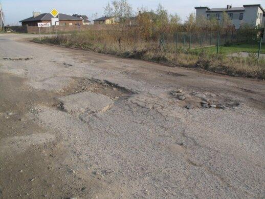 Kelias į Kauno kapines tarsi Mėnulio krateriais nusėtas