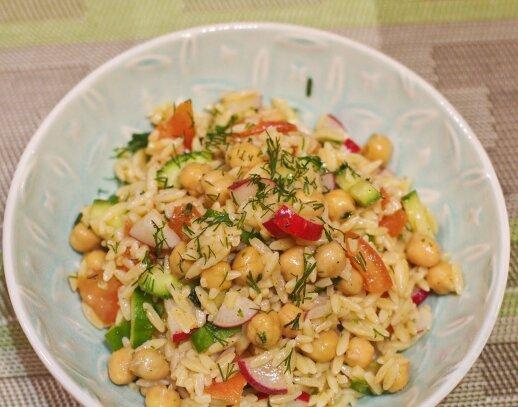 Makaronų salotos su avinžirniais ir daržovėmis