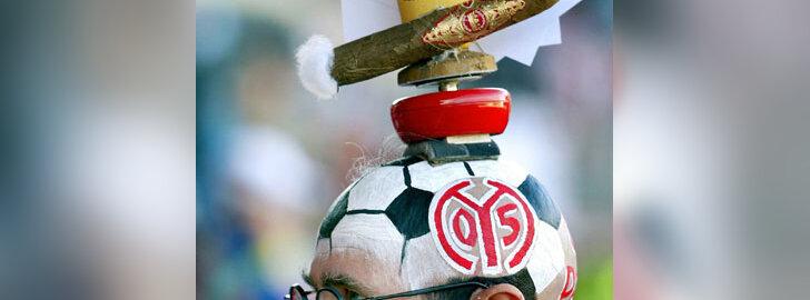 Futbolo gerbėjas Mainzo mieste Vokietijoje dėvi stilizuotą galvos apdangalą.