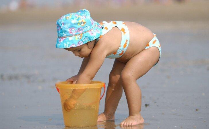 10 žaidimų su vaikais paplūdimyje, kurie lavina fantaziją