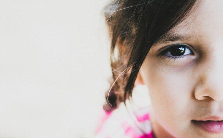 Atėjus svečiams, vaikas neatpažįstamai pasikeičia: kodėl taip nutinka ir kaip reaguoti