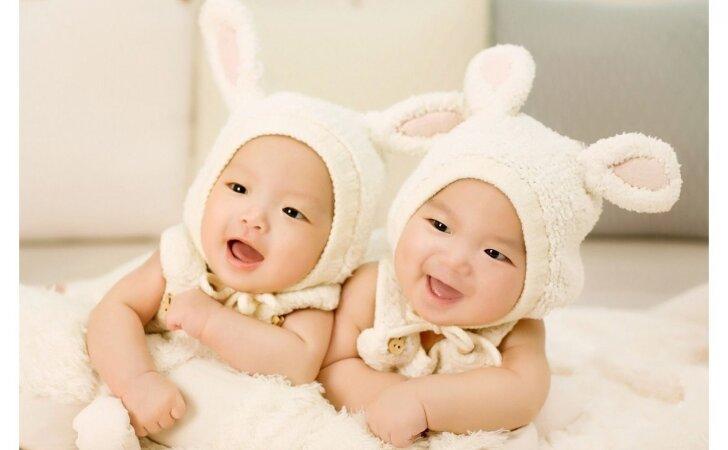 Ypatingo grožio dvynukės išgarsėjo akimirksniu