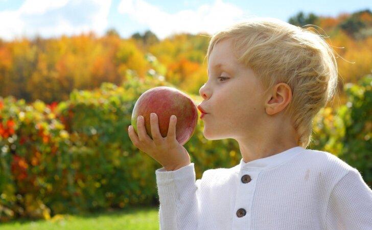 Dietologė pataria, kokių vaisių ir daržovių geriausia valgyti vaikams