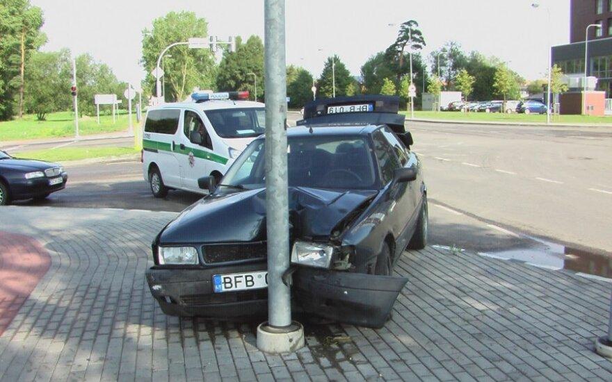 """18-летний на Audi с """"лысыми"""" покрышками врезался в столб"""