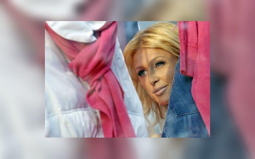 P.Hilton reklamuoja savo kolekcijos drabužius
