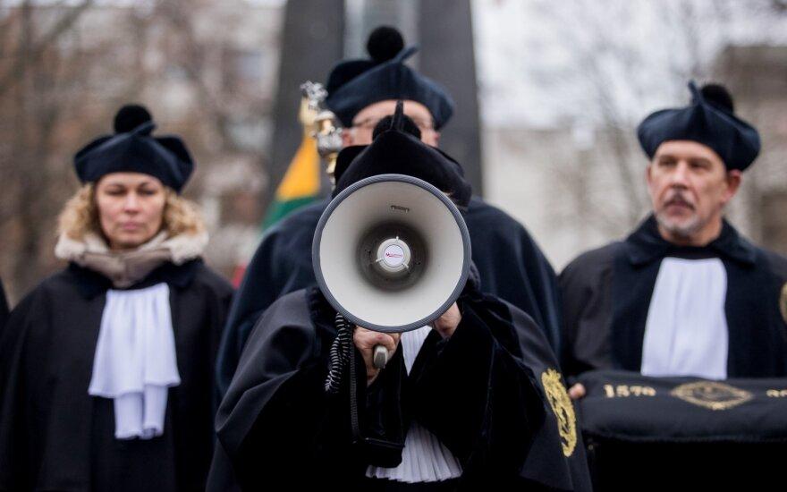 "Акция протеста Вильнюсского университета: прохожим ""за спасибо"" раздали 500 дипломов"