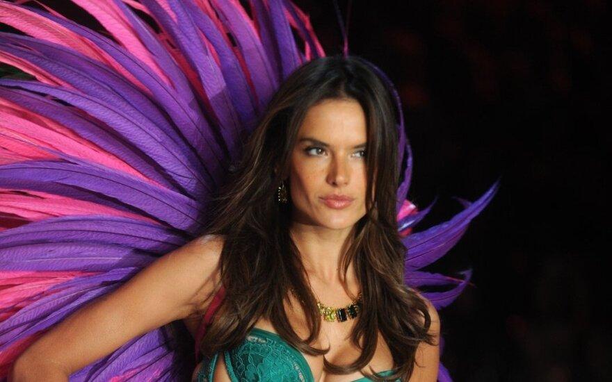 """""""Ангел"""" Victoria's Secret позировала на пляже в откровенном бикини"""