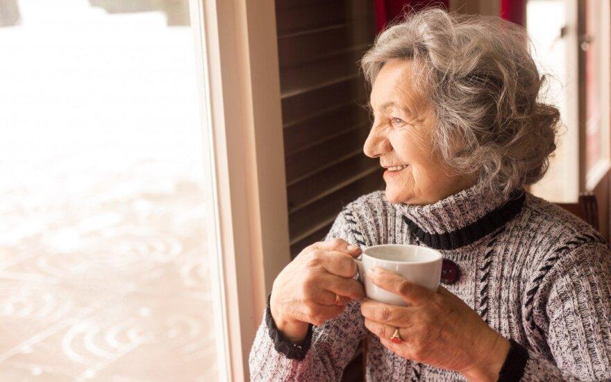 Senjorė geria kavą