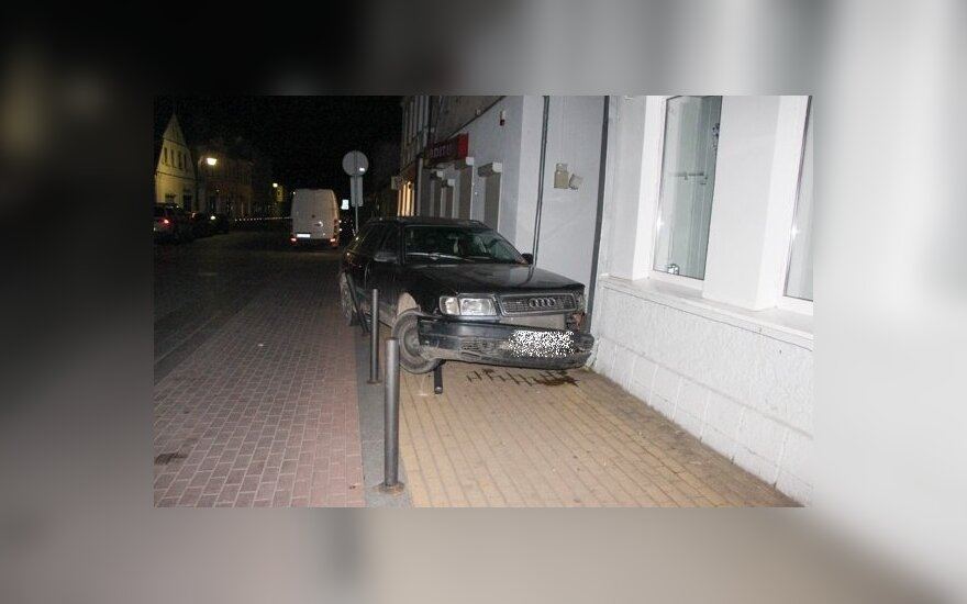 В Юрбаркасе несовершеннолетний водитель врезался в магазин
