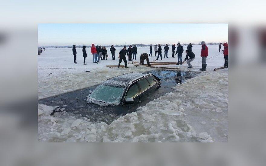 В районе наводнения под лед провалился и утонул автомобиль Audi