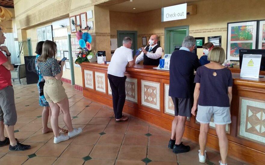 В закрытой на карантин гостинице на Тенерифе – три гражданина Литвы