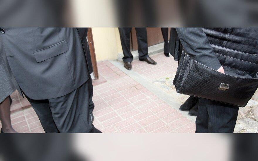 Несмотря на призывы к экономии, чиновники министерства получают надбавки