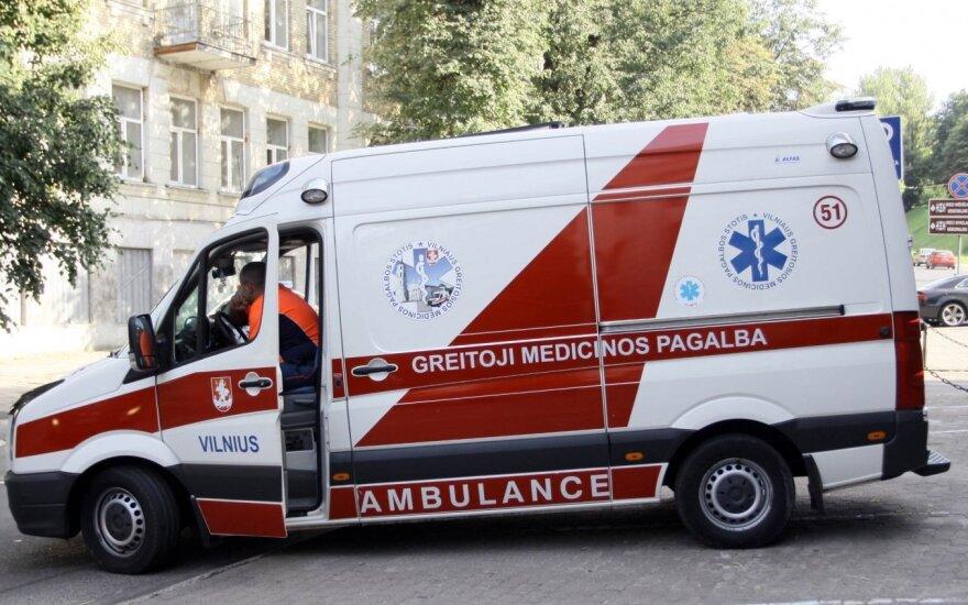 Везшая в больницу ребенка фельдшер по пути заехала за клубникой и домой
