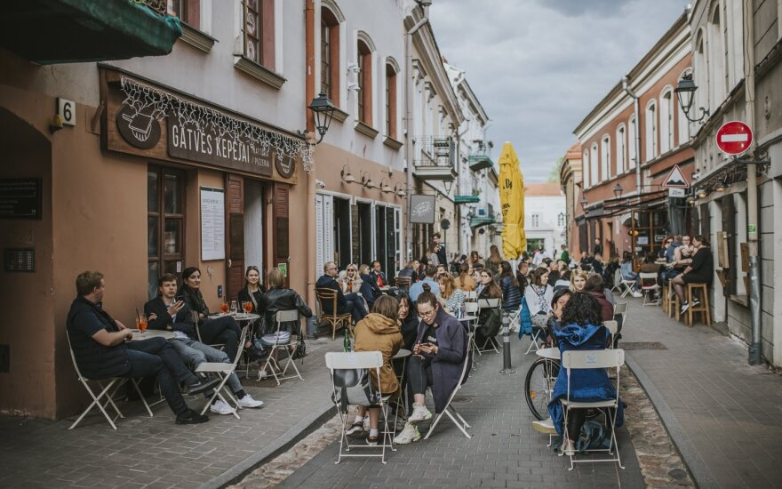В Вильнюсских барах и кафе карантин никого не волнует: текут реки алкоголя, оставляют щедрые чаевые, от клиентов нет отбоя