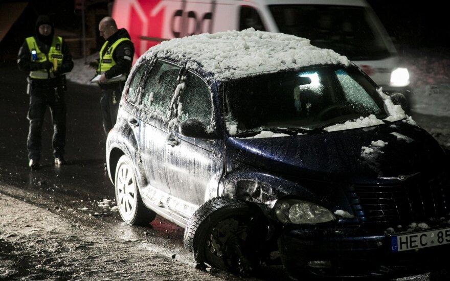 Пьяный водитель на Chrysler врезался в Renault, а тот сбил женщину