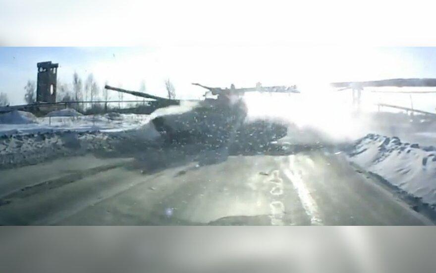 Россия: в Нижнем Тагиле на дорогу выскочил танк (ВИДЕО)