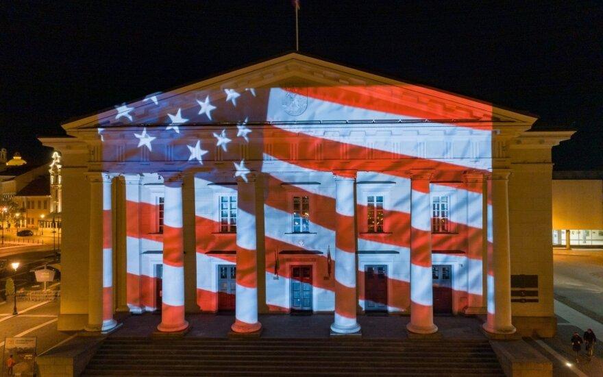 Vilniaus palaikymas su pandemija kovojantiems amerikiečiams – ant rotušės sušvitusi JAV vėliava