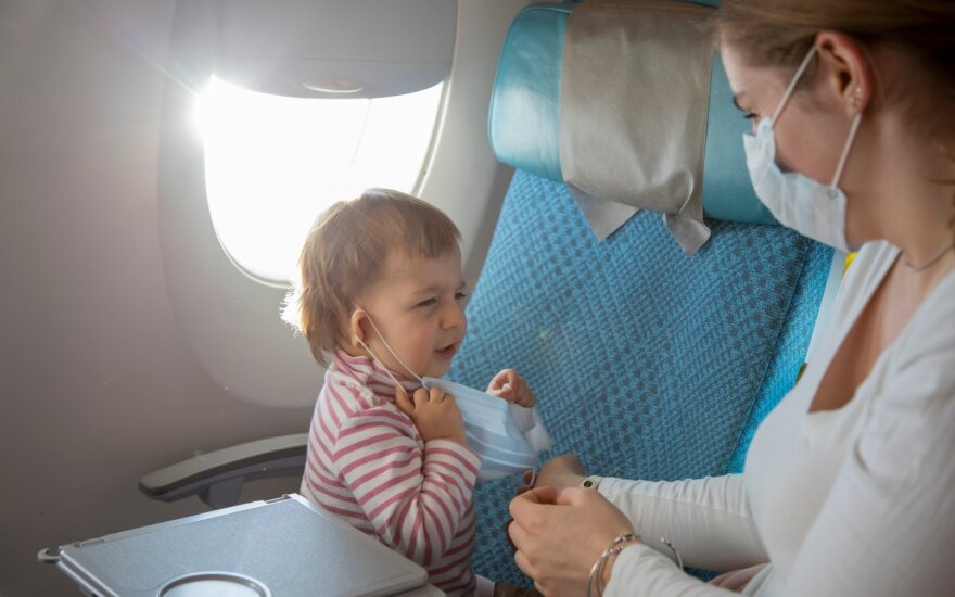 Vaikas su kauke lėktuve