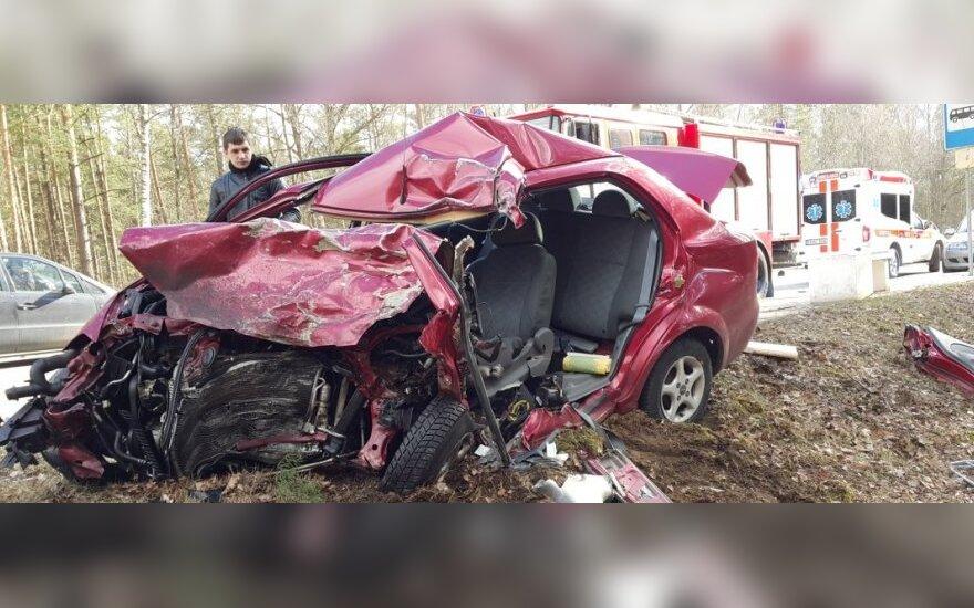Лобовое столкновение тягача и легковушки: погибла женщина