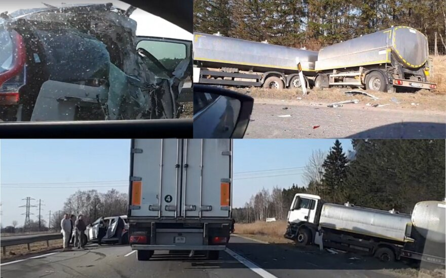 На дороге Каунас-Клайпеда грузовик снес легковой автомобиль Volvo