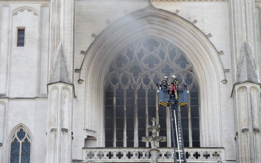 Во Франции загорелся один из крупнейших готических соборов страны, подозревают поджог
