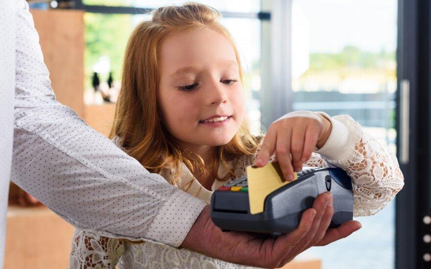 Vaikai naudojasi banko kortele