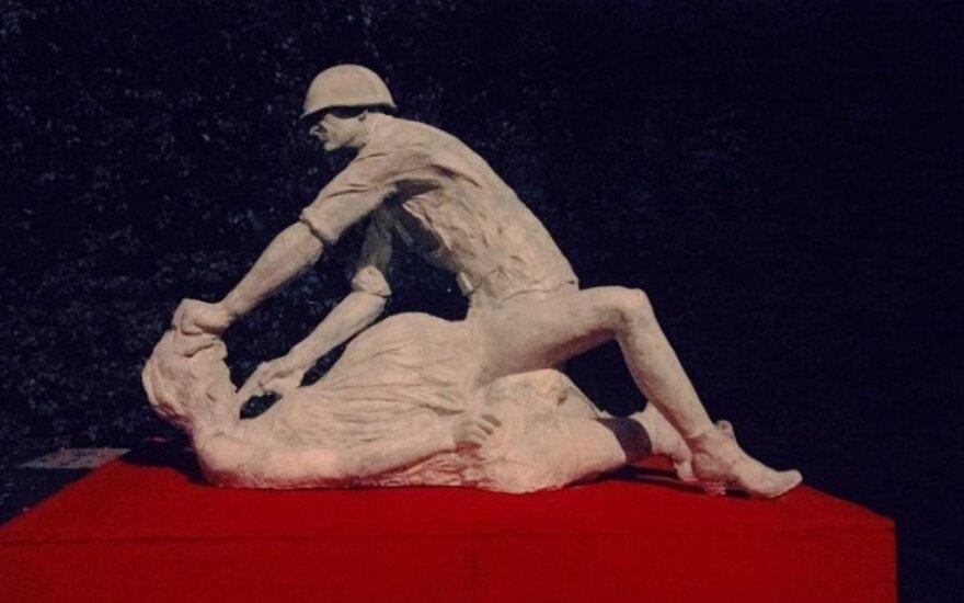 За скульптуру советского солдата-насильника будут судить
