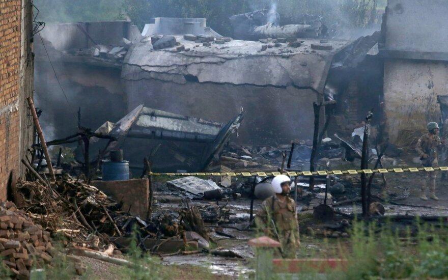 На жилые дома в Пакистане упал самолет: по меньшей мере 19 человек погибли
