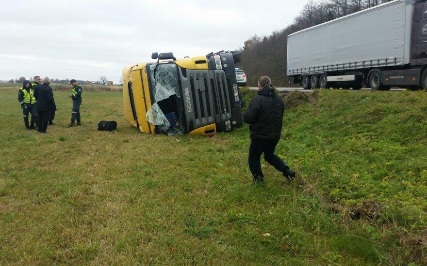 Чтобы избежать столкновения, водитель направил тягач на обочину Via Baltica