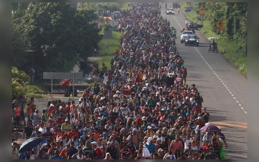 """К границам США идет """"караван мигрантов"""" - тысячи беженцев из Гватемалы, Сальвадора и Гондураса. Трамп грозит привлечь армию"""