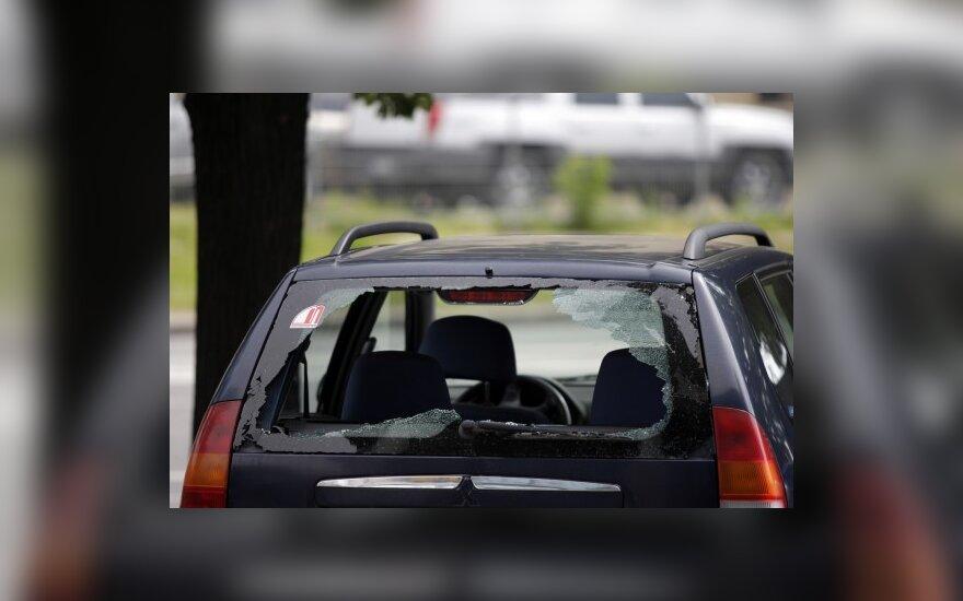 C новостройки упало стекло и повредило автомобили