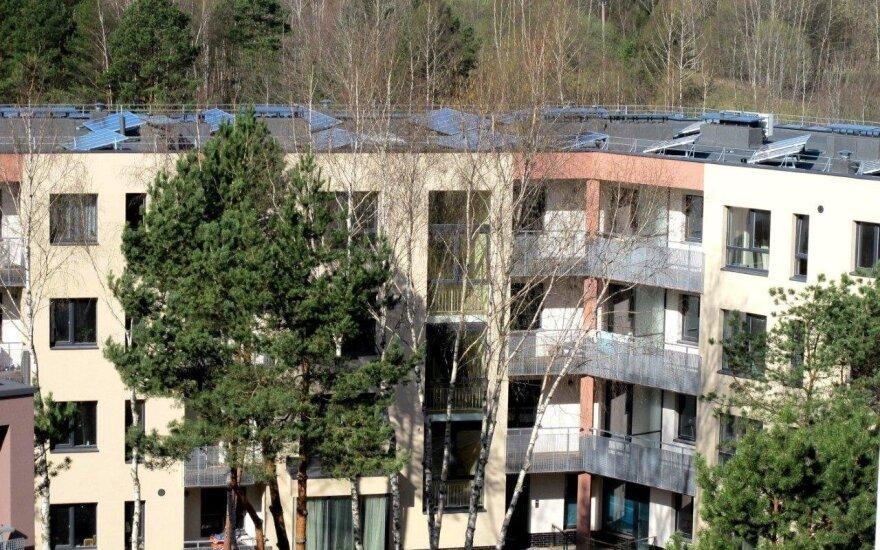 Daugiabutis su saulės jėgaine ant stogo