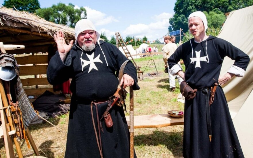 Монахи - молятся, крестьяне - пашут... Как бы не так!