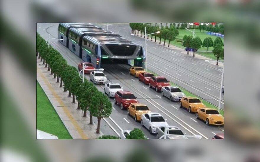 """Autobus jeżdżący w """"szpagacie""""? Omija skutecznie innych"""