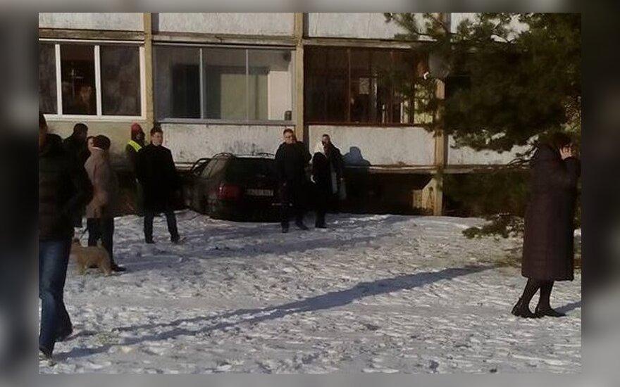 В Каунасе в многоквартирный дом врезался автомобиль
