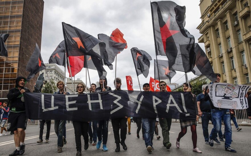 Šimtai rusų Maskvoje protestavo prieš griežtesnę interneto kontrolę