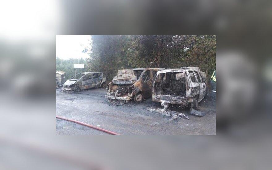 В Вильнюсе ночью сгорели четыре автомобиля