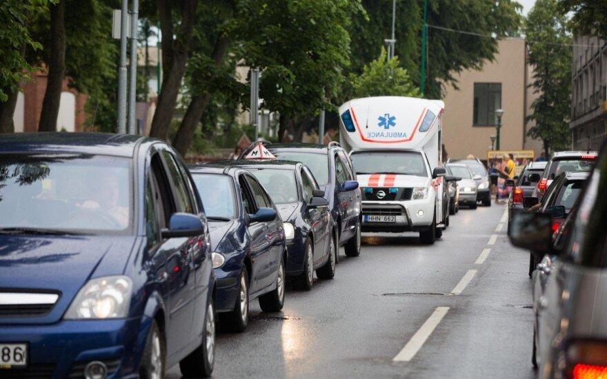 Отдыхающие массово покидают Палангу, на дорогах – заторы