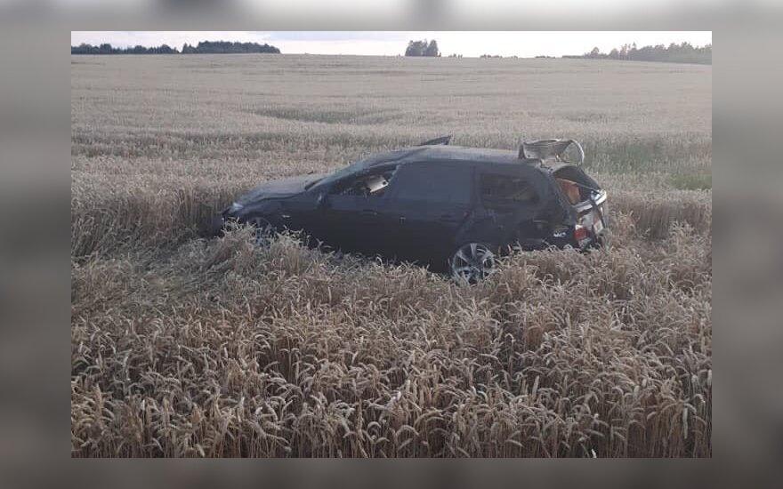 Под Ретавасом перевернулся BMW, пьяные пассажиры не помнят, кто управлял авто