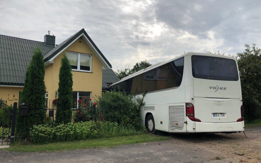 Автобус врезался в дом, пострадал водитель