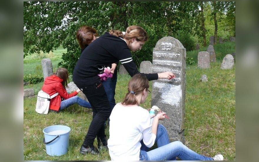 Энтузиасты восстанавливают еврейские кладбища Литвы в интернете