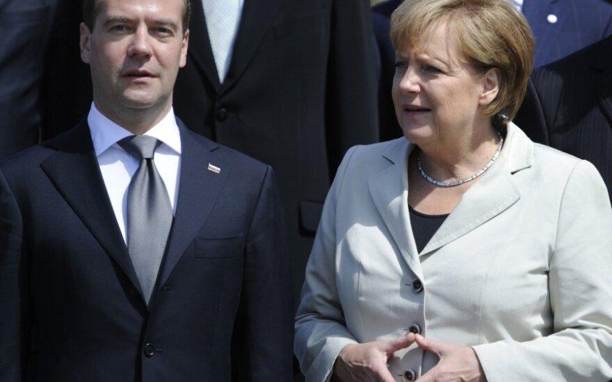 """Медведев обсудил с Меркель будущее """"Северного потока"""""""
