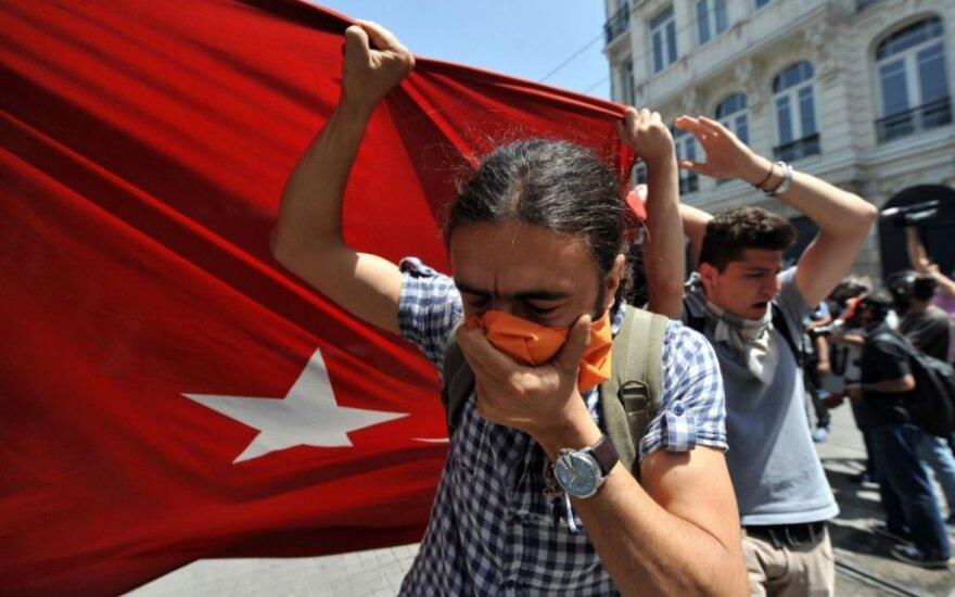 Stambulo policija ašarinėmis dujomis vaikė demonstrantus