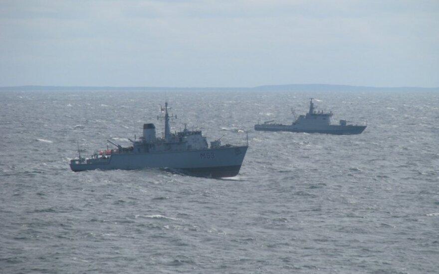 Литовский военный корабль участвует в учениях вместе с немецкой подводной лодкой