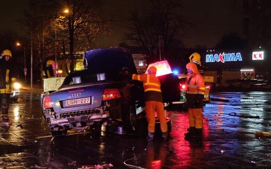 Ночью в Вильнюсе в столб врезался пьяный водитель кабриолета