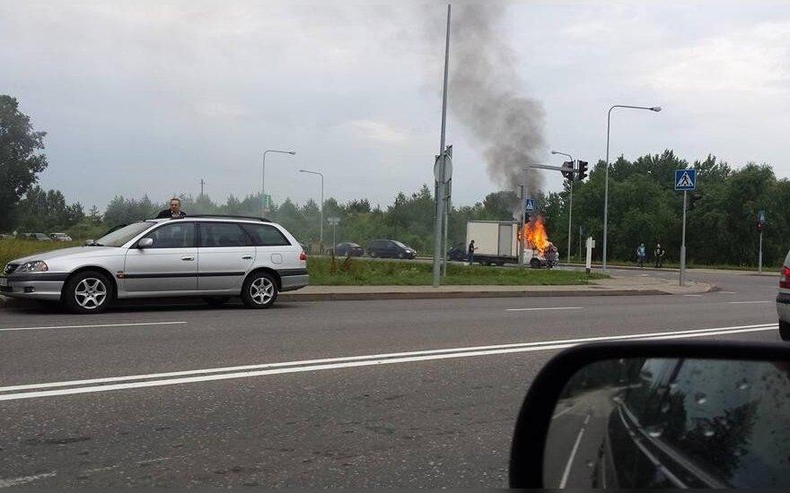 В Алитусе на дороге загорелся грузовой автомобиль