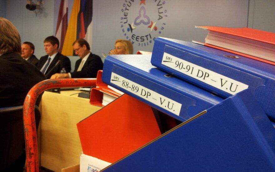 Į komisijos posėdžių salę atgabenti DP bylos tomai