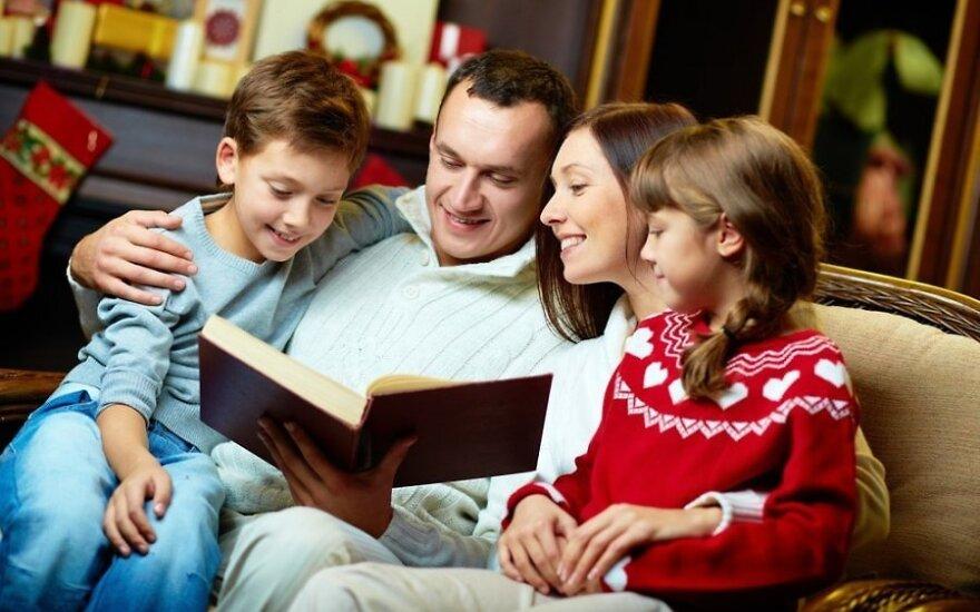 Šeima skaito knygą