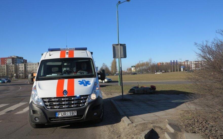 Ехавший на мотороллере мужчина умер у пешеходного перехода